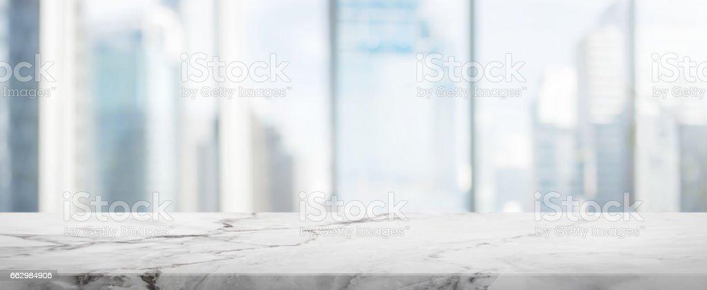 Weiße Tischplatte Stein und Glas Fensterwand bauen Banner Hintergrund Unschärfe Lizenzfreies stock-foto