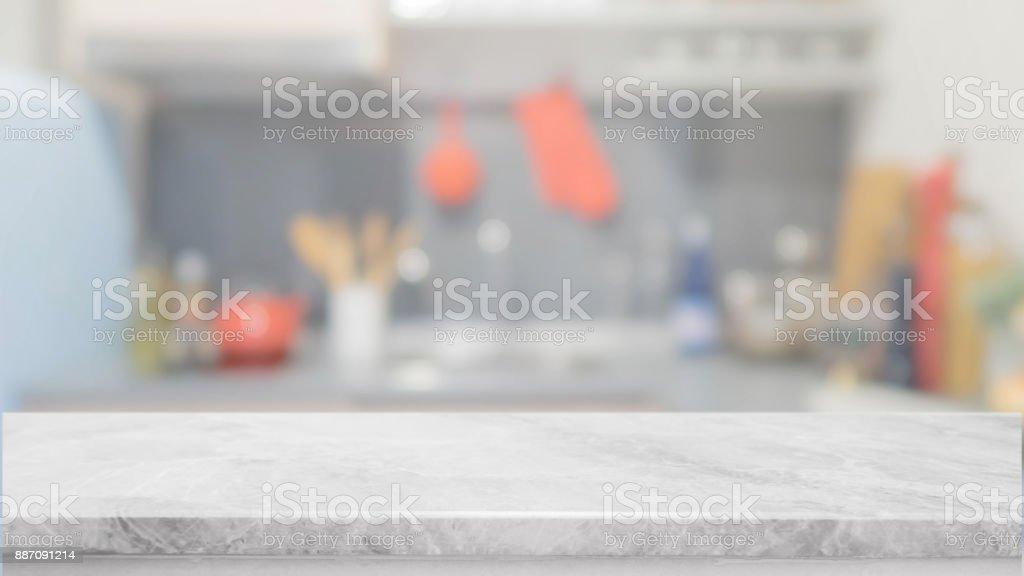 Tampo da mesa de pedra branca e fundo interior de cozinha turva - pode ser usado para exibir ou montagem de seus produtos. - foto de acervo
