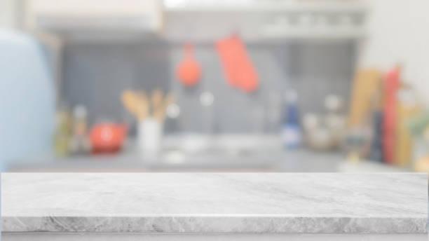 weißer stein tischplatte und unscharfen küche interieur hintergrund - kann für die anzeige oder die montage ihrer produkte. - landküche stock-fotos und bilder