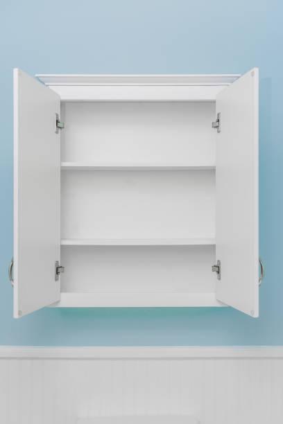 weißer schrank, beide türen öffnen - offene regale stock-fotos und bilder