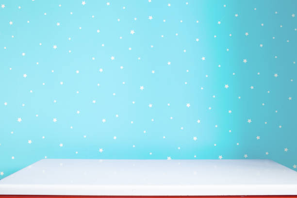 weißen Tisch und hellblau Wand im Kindergarten – Foto