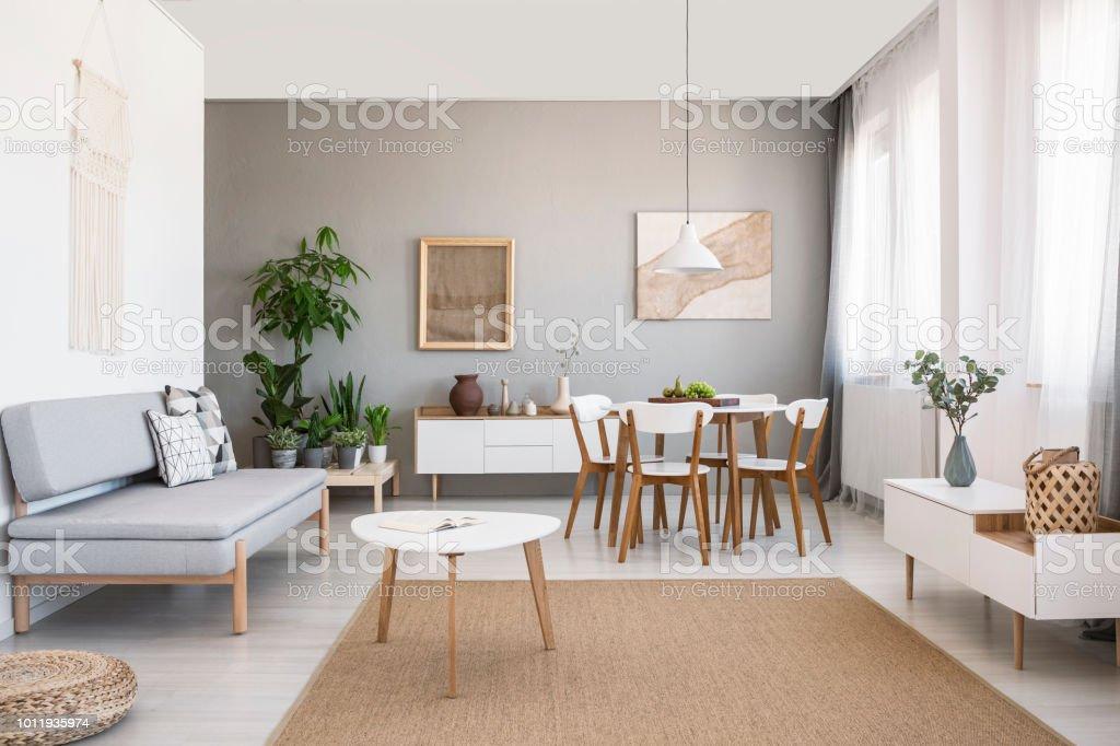 Weißen Tisch Auf Braunen Teppich Im Wohnzimmer Interieur Mit Grauen ...