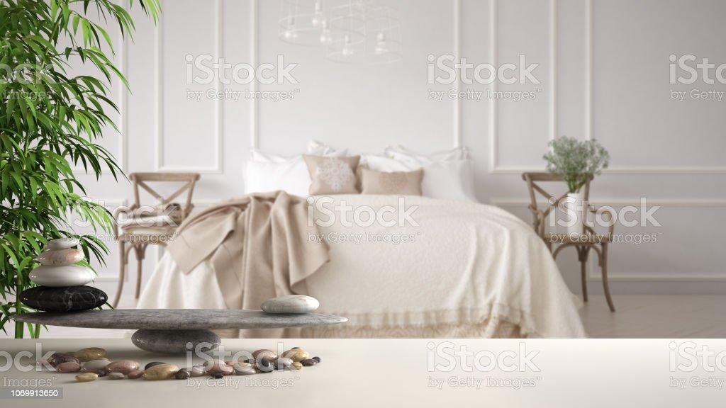 Weißen Tisch Regal Mit Kiesel Balance Und Bambus Pflanze Über ...
