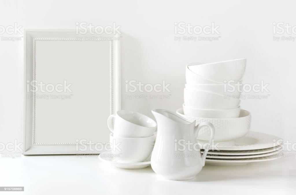 Weisses Geschirr Zum Servieren Geschirr Teller Geschirr Und Andere Verschiedene Weisse Zeug Auf Weisse Tischplatte Kuchestillleben Als Hintergrund Kopieren Sie Raum Stockfoto Und Mehr Bilder Von Arrangieren Istock