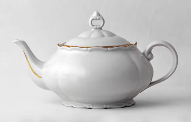 weiße teekanne mit goldenen rand im klassischen stil, die isoliert auf weißem hintergrund mit beschneidungspfad. - keramikteekannen stock-fotos und bilder