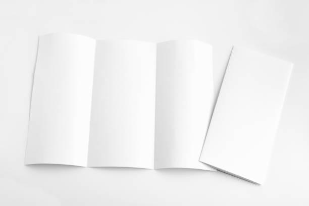weiße vorlage papier auf hintergrund - klapprahmen stock-fotos und bilder