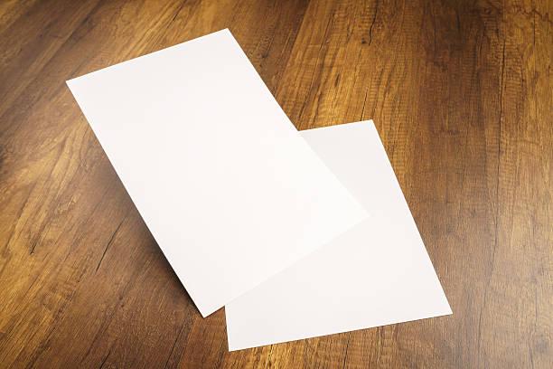 Weiße Vorlage Papier auf Holz Textur – Foto
