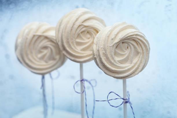 weiße zarte marshmallow am spieß nahaufnahme - lutscher cookies stock-fotos und bilder
