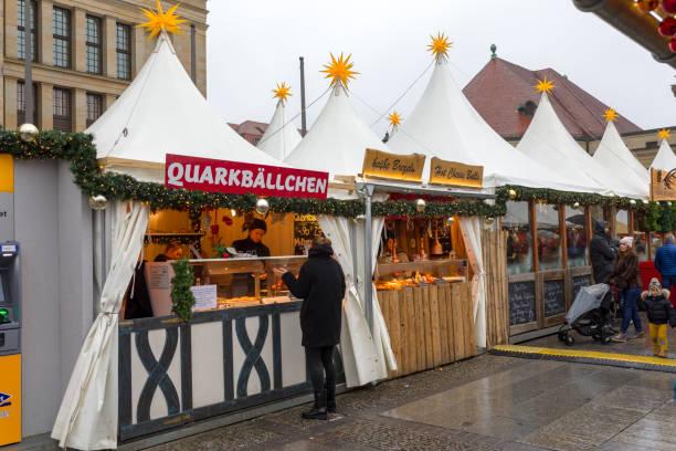 weiße zelte am gendarmenmarkt in berlin - weihnachtsmarkt am gendarmenmarkt stock-fotos und bilder