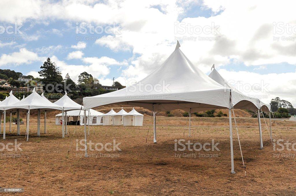 White-Zelte in einem trockenen Bereich im Freien – Foto