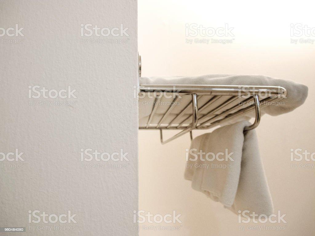 Weiß Terry Handtücher Aufhängen An Der Wand Im Badezimmer ...
