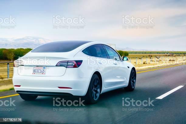 Tesla Model 3 Bianca In Autostrada - Fotografie stock e altre immagini di Ambientazione esterna