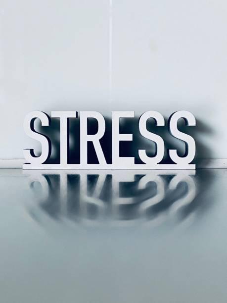 Weißer Text STRESS – Foto