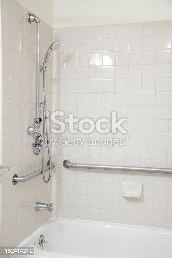 carrelage blanc salle de bains avec baignoire et douche avec barres dappui pour personnes. Black Bedroom Furniture Sets. Home Design Ideas