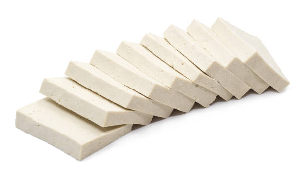 Tofu de branco sobre fundo branco - foto de acervo