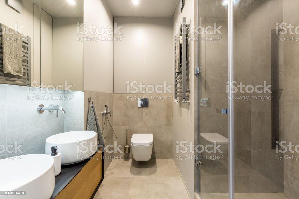 Photo libre de droit de Toilette Blanche Contre Un Mur Beige À ...