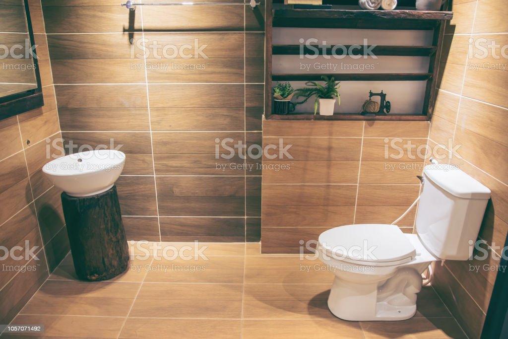 Photo libre de droit de Cuvette De Toilette Blanc En Marron ...