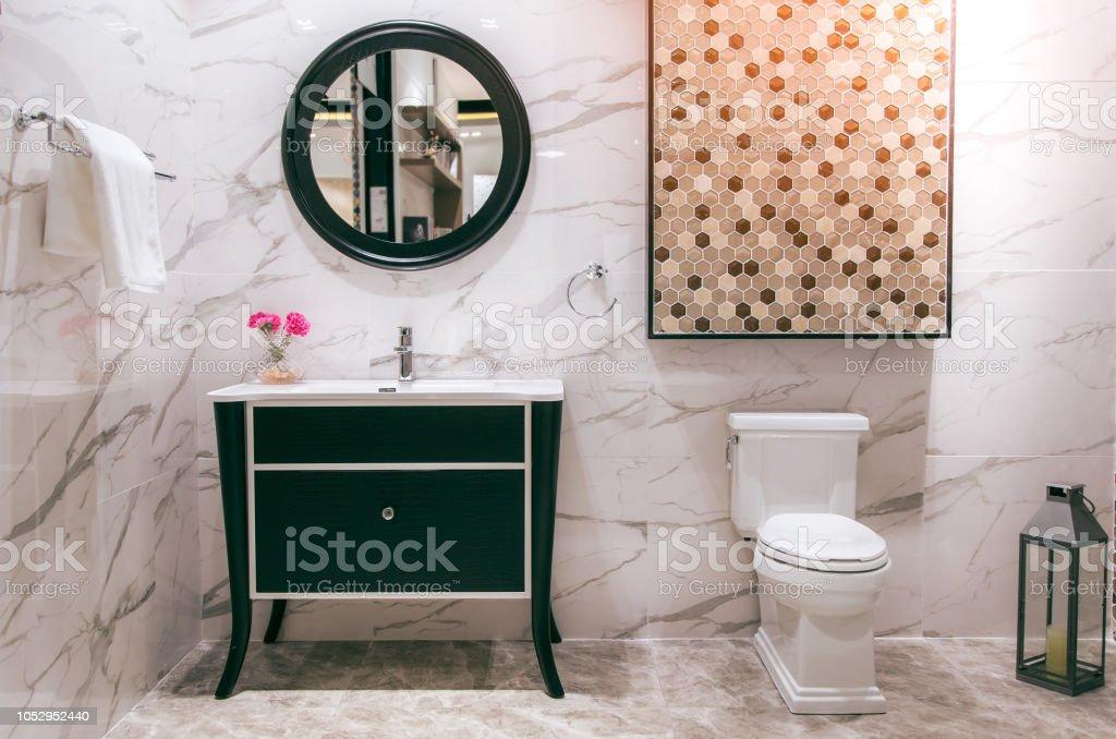Photo libre de droit de Cuvette De Toilette Blanc Dans La ...