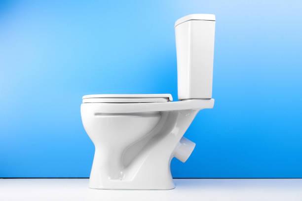 Weißer WC-Schüssel auf weißen Hintergrund isoliert. Seitenansicht – Foto