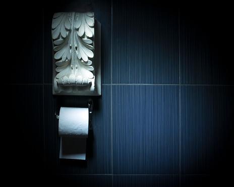 White Toilet Paper Roll On Chrome Fixture With White Antique Plaster Decoration Above — стоковые фотографии и другие картинки Абстрактный