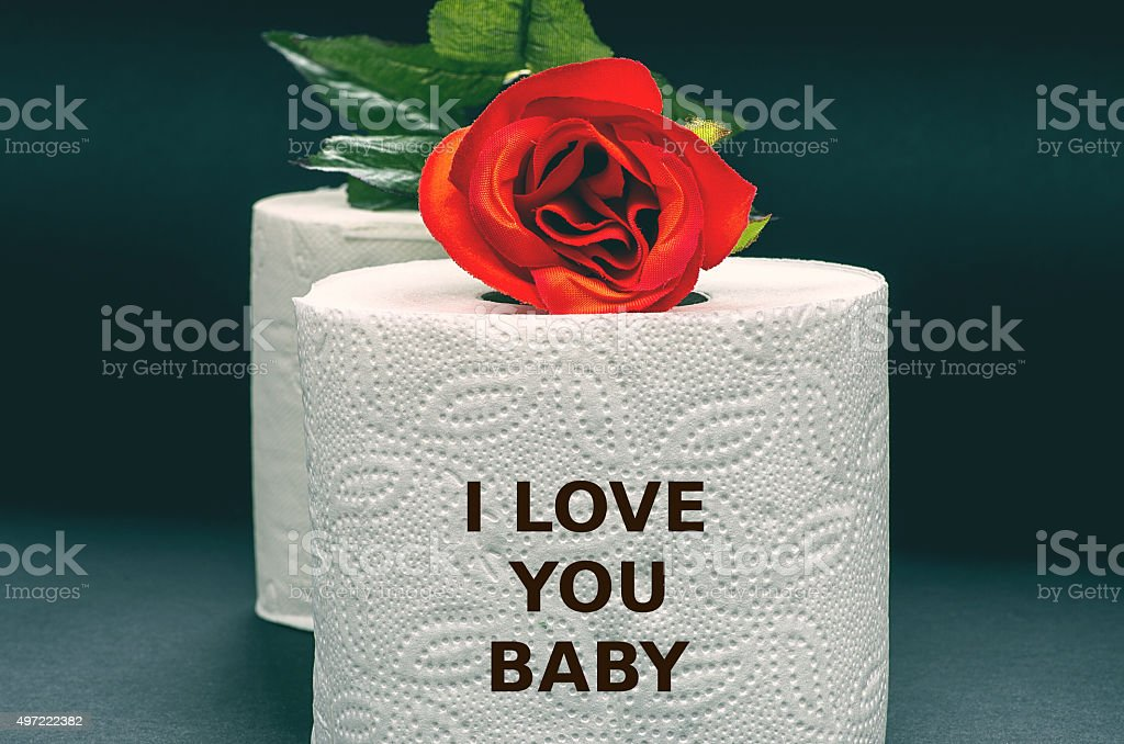 White Toilette Papier Mit Roten Rose Auf Einem Schwarzen Hintergrund