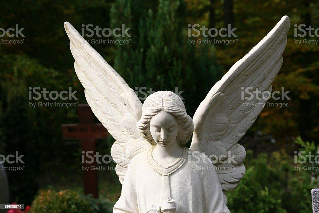 white tombstone Engel auf einer Bahre Lizenzfreies stock-foto