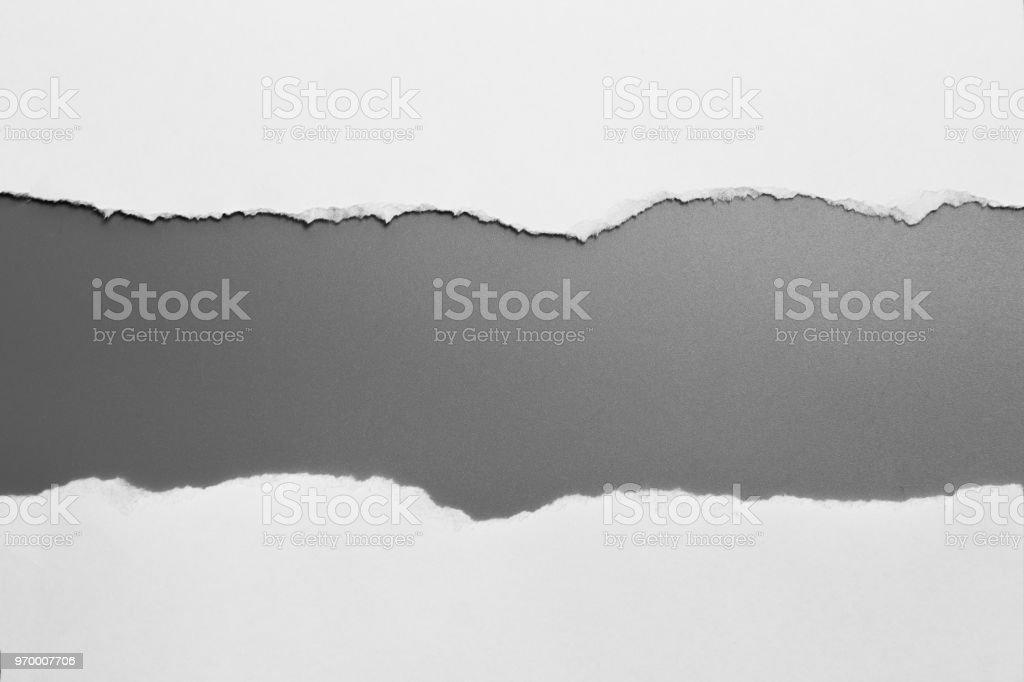 weiße zerrissenes Papier auf grauem Hintergrund. Kollektion Papier rip – Foto