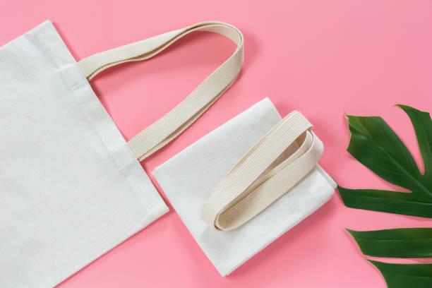 Weiße Tote Tasche Leinwand-Stoff. Stoffeinkauf Mockup mit Kopierplatz – Foto