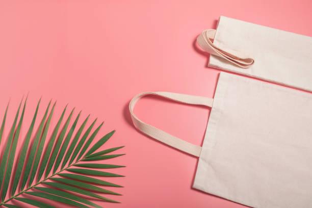 Weiße Einkaufstasche Canvas Stoff. Tuch-Einkaufssack-Mockup mit Kopierplatz. – Foto