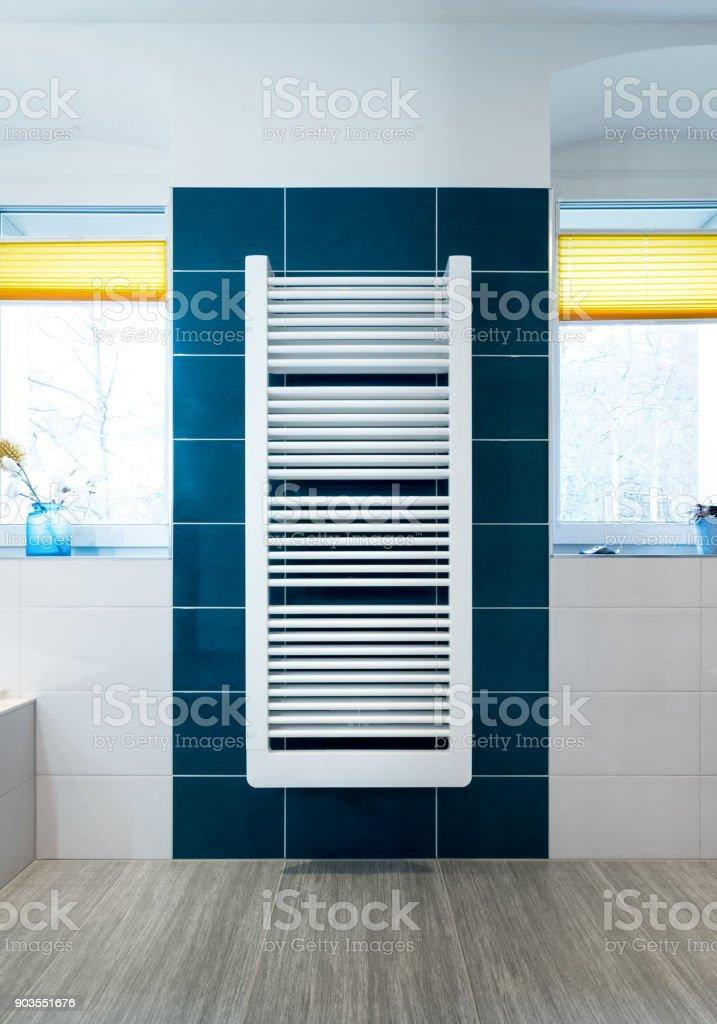 Weiße Handtuchtrockner Blau Gefliestes Badezimmer Wand ...