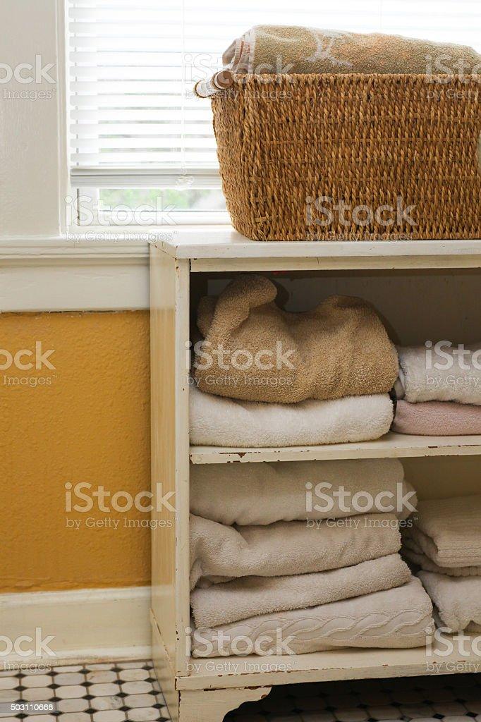 Weiße Handtücher Im Schrank Aufbewahrt Im Badezimmer ...
