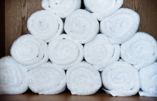 weiße handtücher im regal - hausmittel gegen falten stock-fotos und bilder