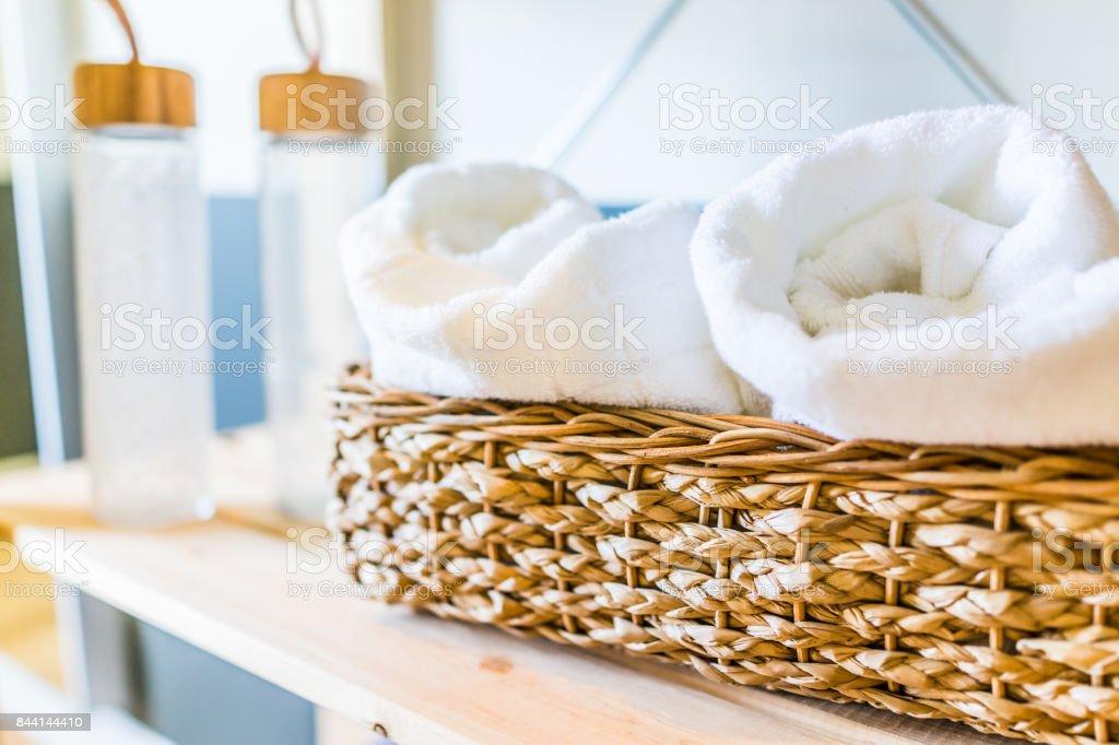 Toalhas brancas no tecido closeup cesta e garrafas de água na prateleira de casa ginásio em casa, em casa ou apartamento - foto de acervo