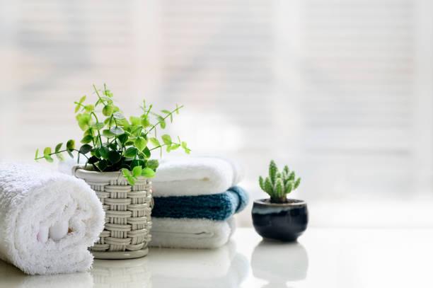 Toallas blancas sobre mesa superior blanca con espacio de copia. - foto de stock