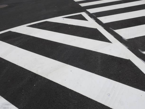 witte verkeers strepen geschilderd op een asfalt weg foto