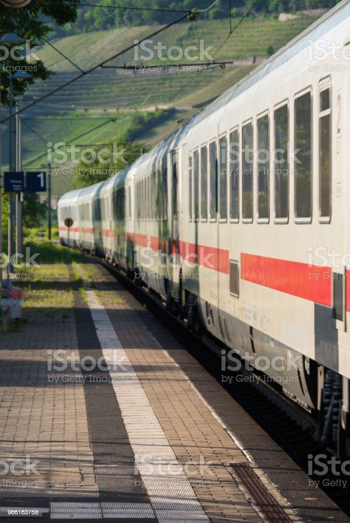 Witte trein versnellen door het station - Royalty-free Betreden Stockfoto