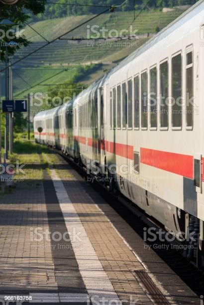 Белый Поезд Превышение Скорости На Станции — стоковые фотографии и другие картинки В пути