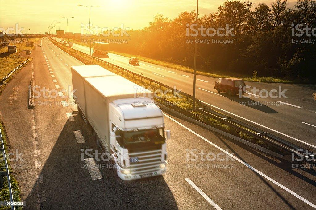 Camión blancas en movimiento borroso en la autopista - foto de stock