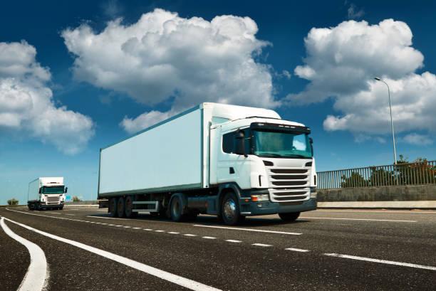 Weißer LKW ist auf der Autobahn - Geschäft, Gewerbe, Fracht-Transport-Konzept, klarer und Leerraum auf der Seitenansicht – Foto