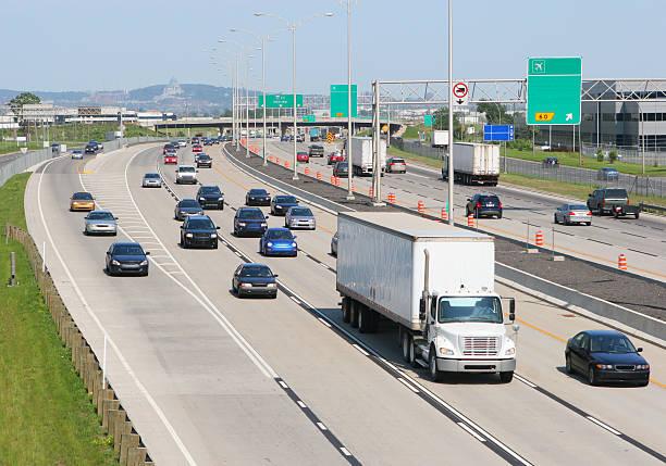 weiße lkw verlassen sie montreal - pickup trucks stock-fotos und bilder