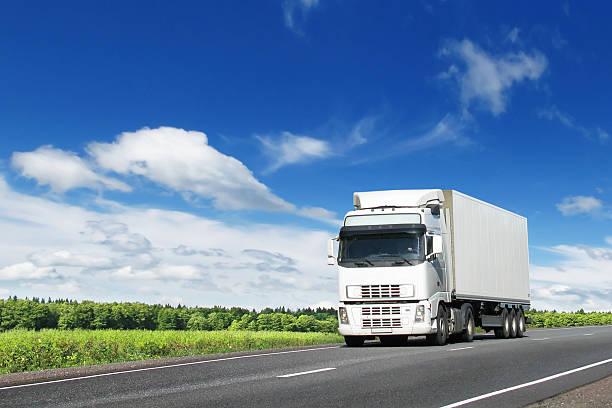 Weiße Lkw auf Land Autobahn – Foto