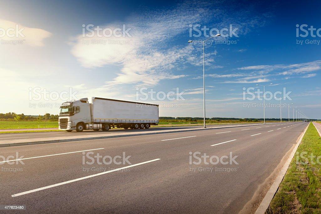 Blanco camión en la carretera en el idílico día soleado - foto de stock