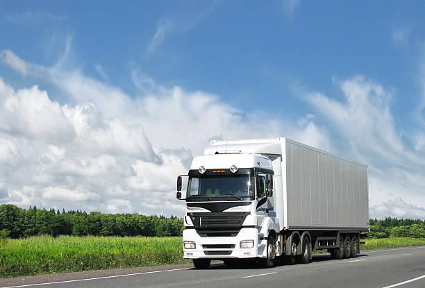 Weiße Lkw auf Autobahn unter blauen Himmel – Foto
