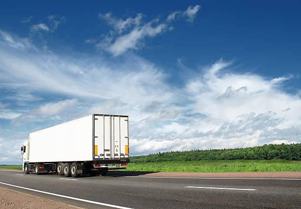 Weiße Lkw auf Autobahn Beschleunigung entfernt – Foto