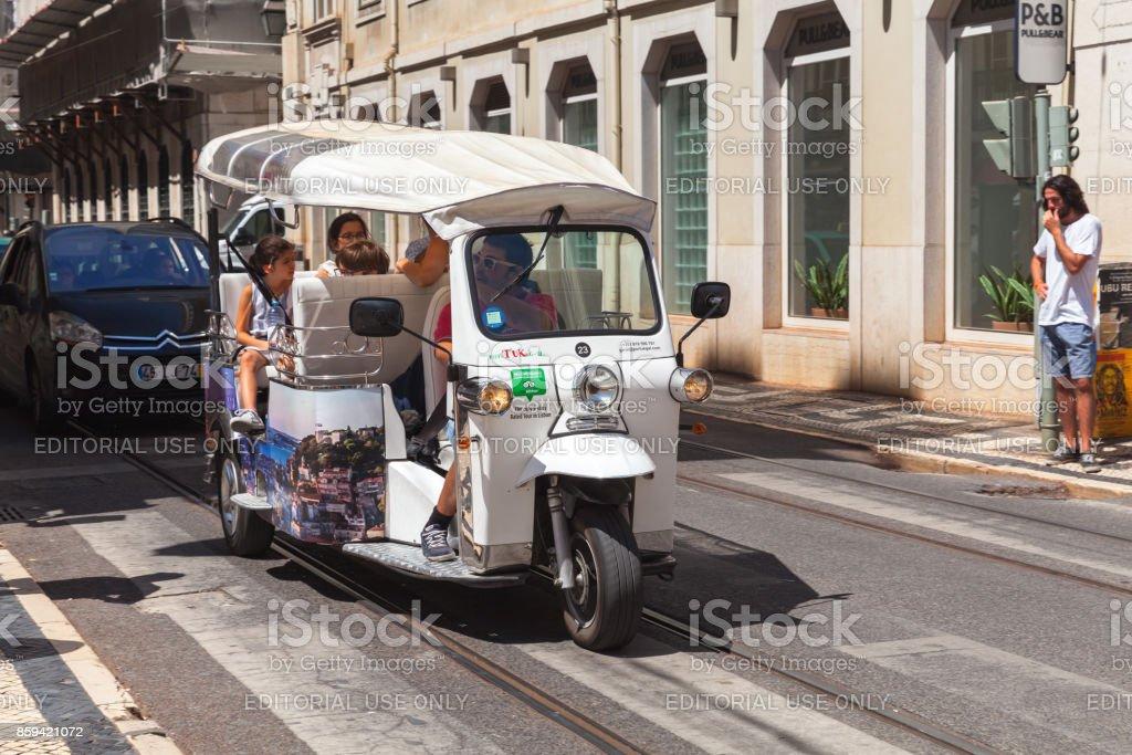 White Tuk Tuk taxi cab with tourists - foto stock