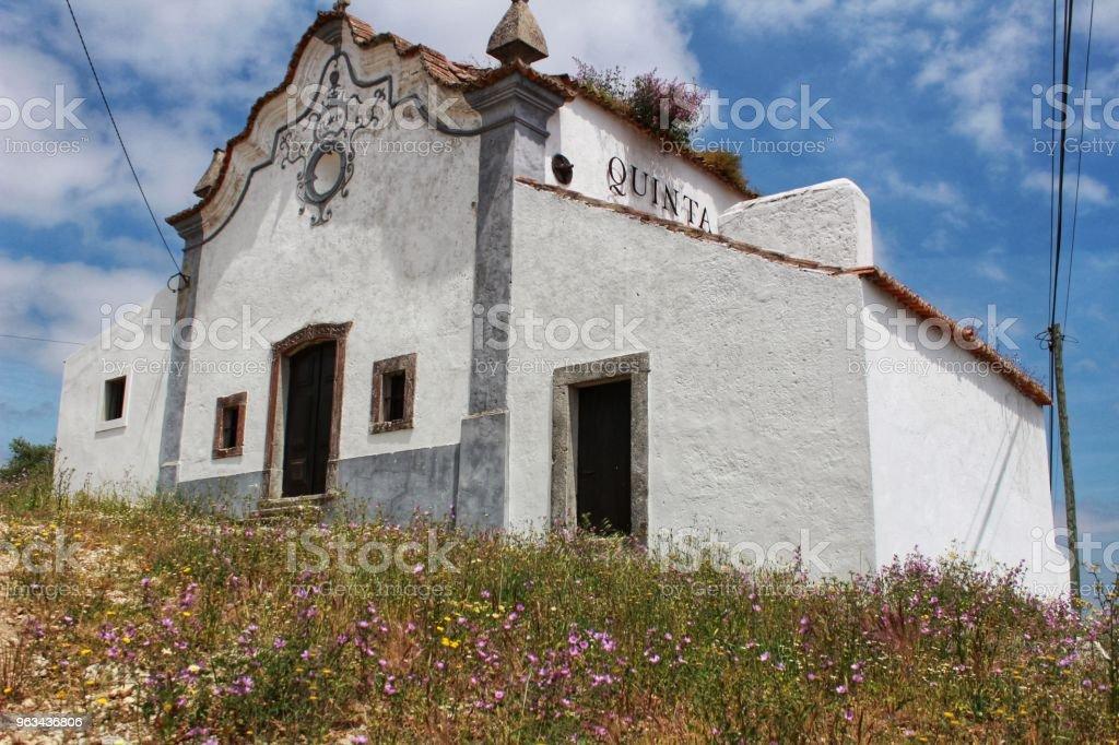 Maison de campagne typique blanc Portugal - Photo de Arbre libre de droits