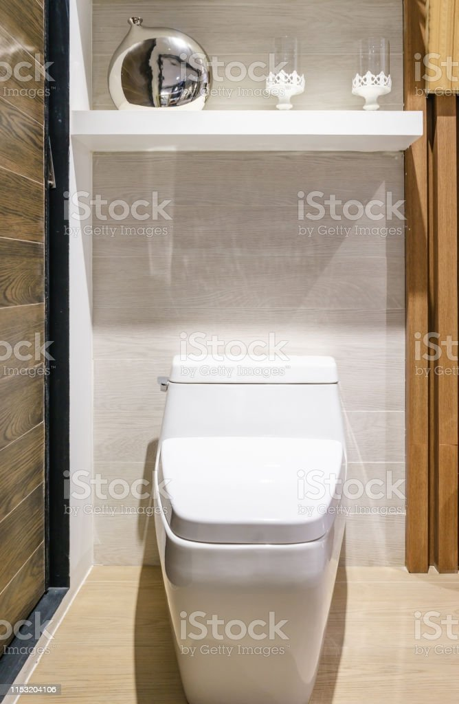 Photo libre de droit de Urinoir Blanc Et Lavabo Et Douche ...