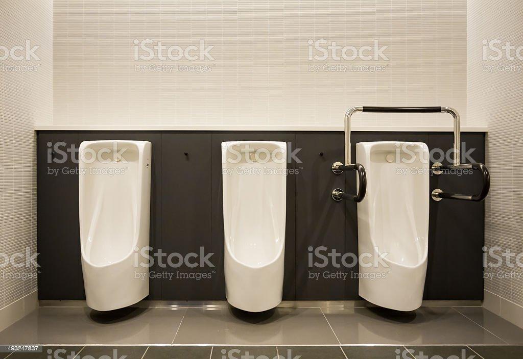 Blanco orinal en hombres sanitario con gris de azulejos de pared foto de  stock libre de b49de4023e489