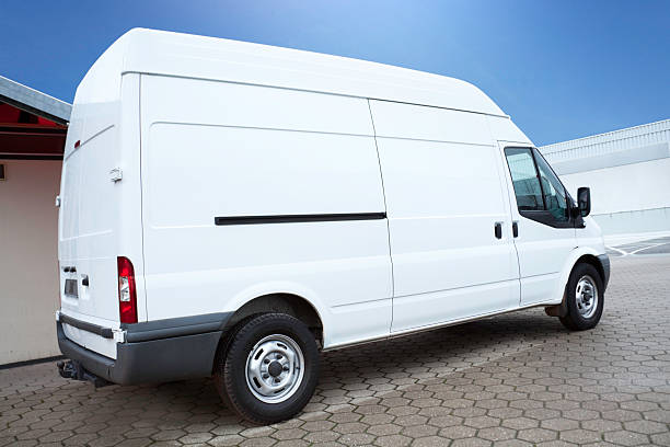 weiße van auf parkplatz wartet nächste bestellung - motionless in white stock-fotos und bilder