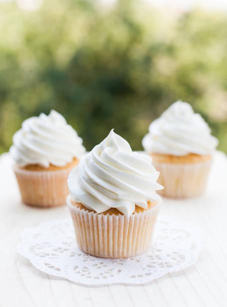 white vanilla cupcakes - cupcake foto e immagini stock